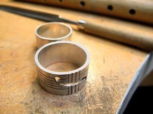 Ring geïnspireerd op muziek, viool, en ruitjesoverhemden.